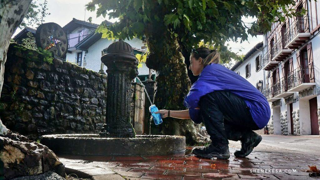 Nabírám vodu z veřejné fotnány ve městě Bear