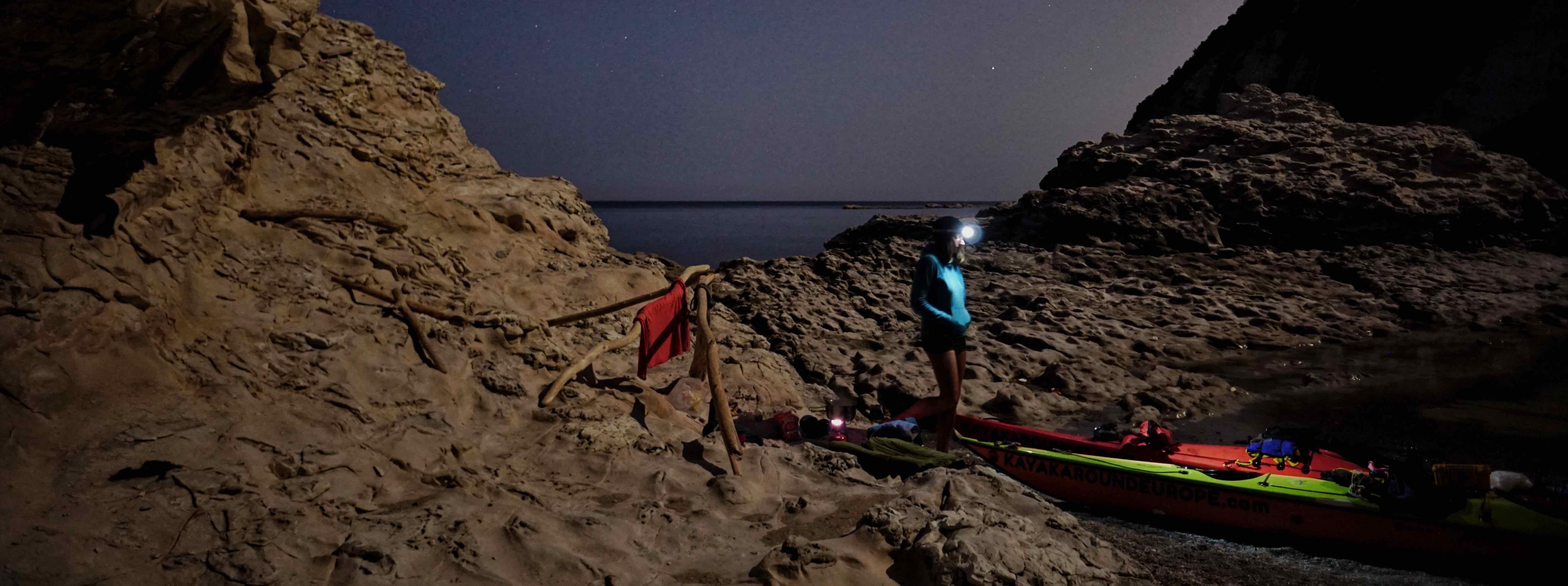 She Nekesa v noci na pláži