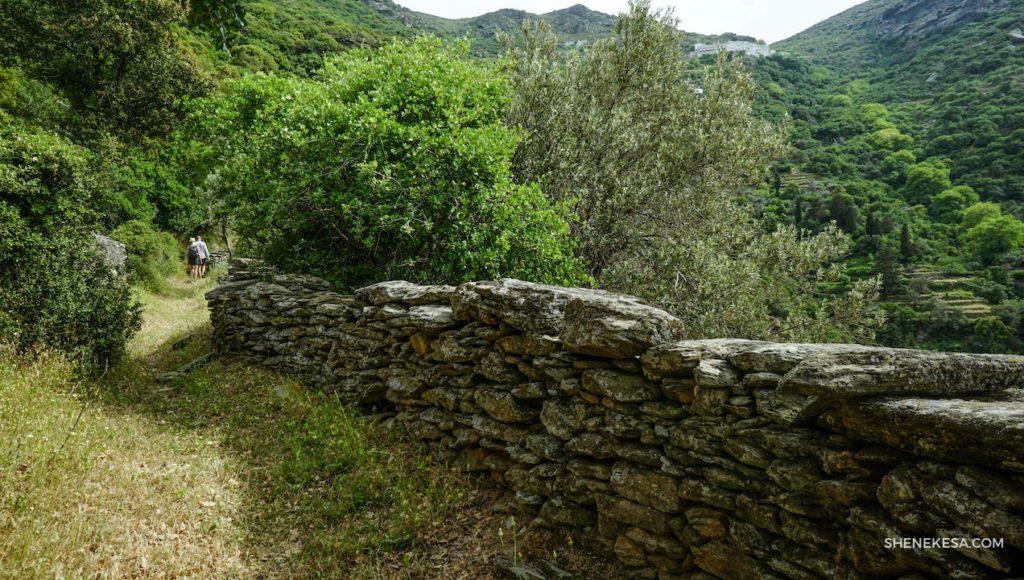 Sestup od kláštera Panachrantou, ostrov Andros