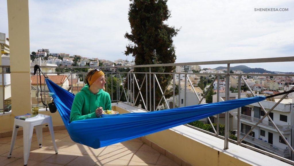 She Nekesa, v hamace v Řecku