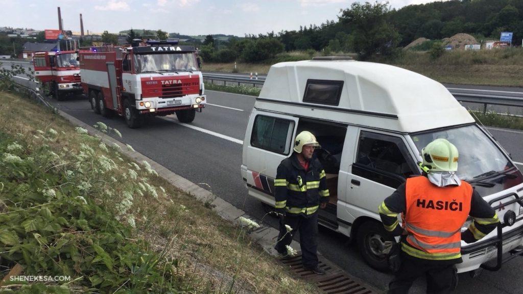 She Nekesa, Mišík a hasiči