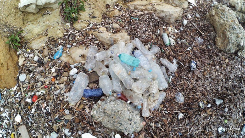 Odpadky na pláží, plastové flašky - SHE Nekesa
