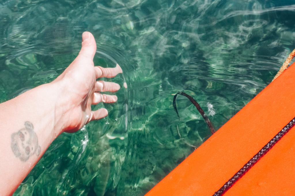 Ruka v průzračné vodě